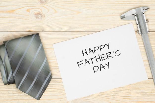 Wiadomość z okazji dnia ojców w otwartym notatniku i szarym krawacie
