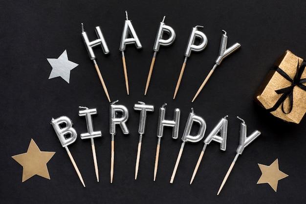 Wiadomość z okazji urodzin obok prezentu