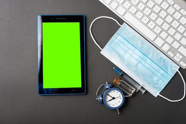 Wiadomości o szczepionkach covid 19 na zielonym ekranie na tablecie