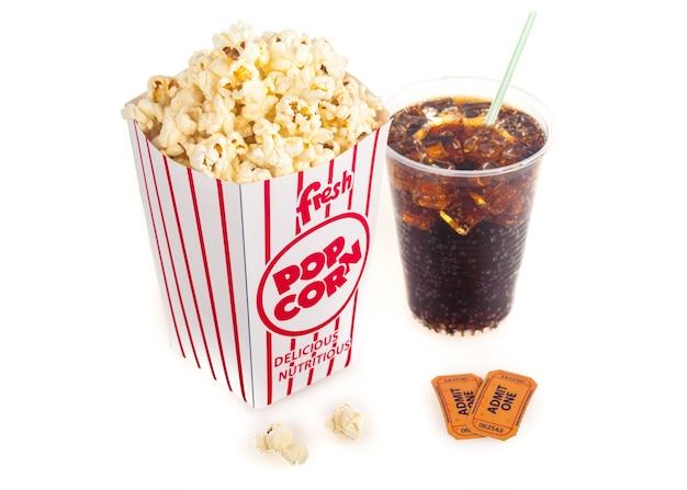 Wiadro popcornu z biletami i coca colą