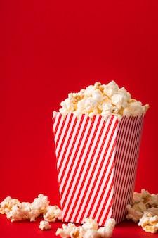 Wiadro popcornu z czerwonym tle