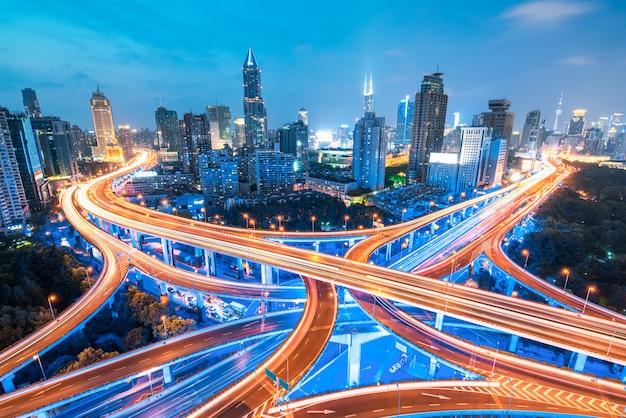 Wiadukt autostrady miasta panoramiczny z szanghaju skyline, nowoczesne tło ruchu
