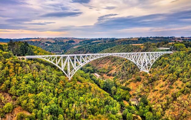 Wiadukt viaur, most kolejowy w aveyron - occitanie, francja