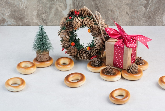Wianek bożonarodzeniowy z szyszek z ciasteczkami i małym pudełeczkiem. wysokiej jakości zdjęcie