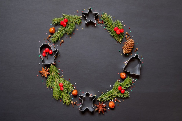 Wianek świąteczny wykonany z foremek na ciasteczka, przyprawy i choinkę