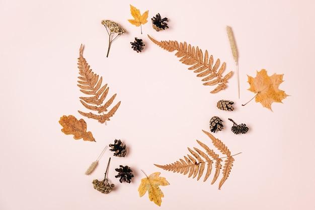 Wianek wykonany z suszonych liści klonu