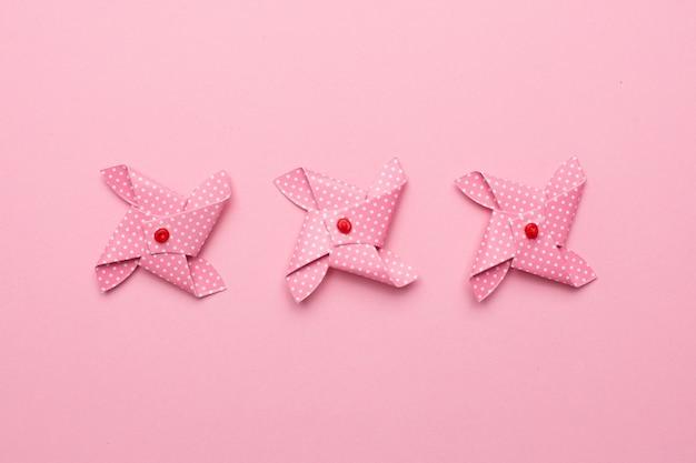 Wiatraczek różowy papierowy wiatraczek odizolowywający, dziecko zabawka