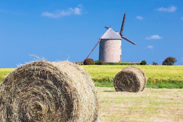 Wiatrak, pole pszenicy i słoma, francja, europa.