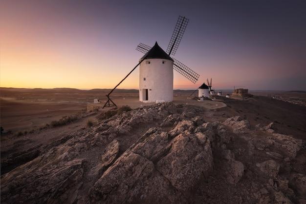 Wiatraki don kichota o zachodzie słońca. sławny punkt zwrotny w consuegra, toledo hiszpania.
