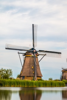 Wiatraki kinderdijk obok rotterdamu w holandii.