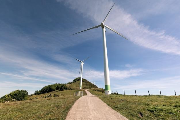 Wiatraki na szczycie góry oiz w bizkaia; kraj basków.