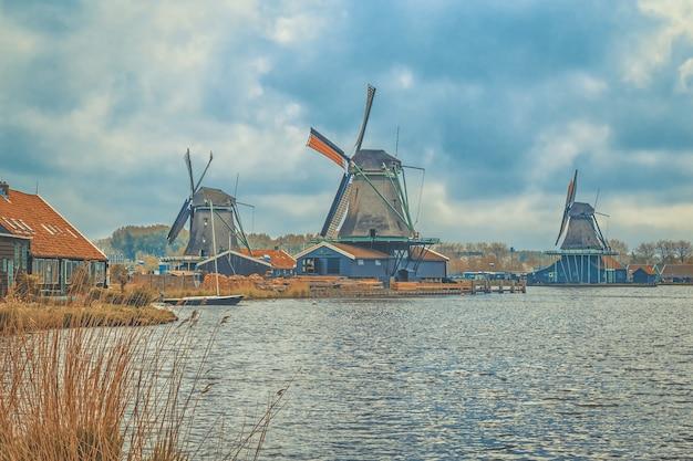 Wiatraki w cichej wiosce zaanse schans w holandii