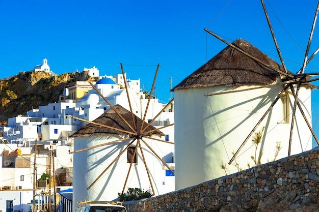 Wiatraki w grecji. wyspa serifos, cyklady