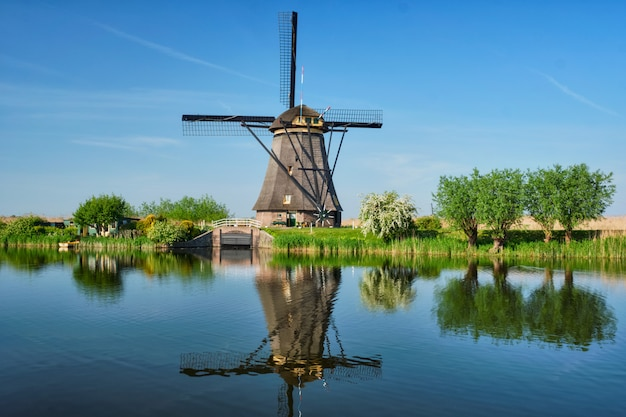 Wiatraki w kinderdijk w holandii. holandia