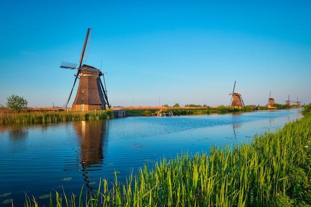 Wiatraki w kinderdijk w holandii