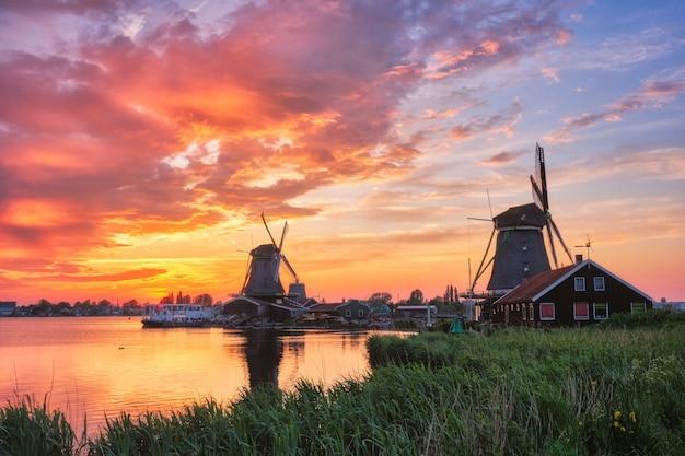 Wiatraki w zaanse schans w holandii na zachodzie słońca. zaandam, nether