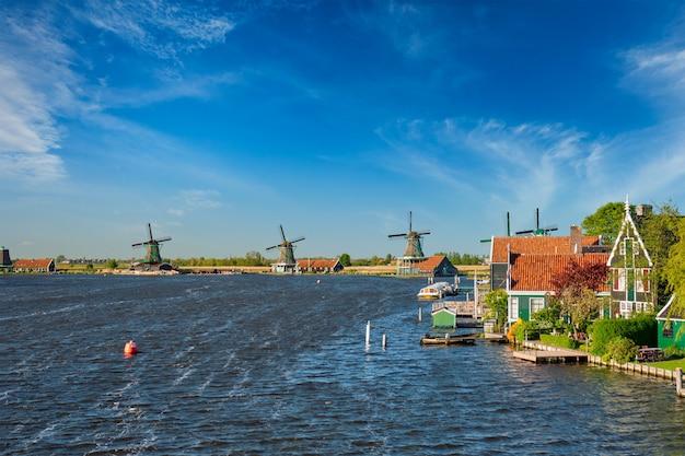 Wiatraki w zaanse schans w holandii. zaandam, holandia