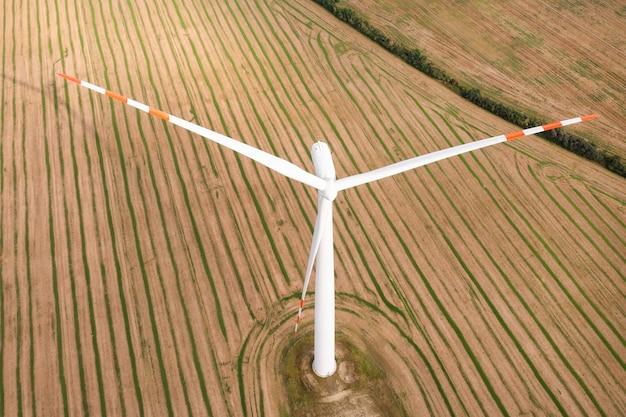Wiatraki wytwarzają energię elektryczną na polach. alternatywne źródła energii, turbiny wiatrowe z bliska. ładny widok z drona?