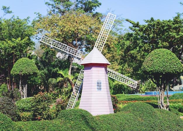 Wiatrakowa turbina wiatrowa w parku ogrodowym