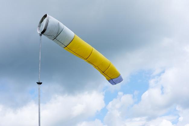 Wiatrowskaz wskazujący kierunek wiatru przed burzą