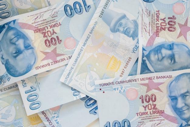 Wiązka 100 tureckich lirów banknotów na bielu stole