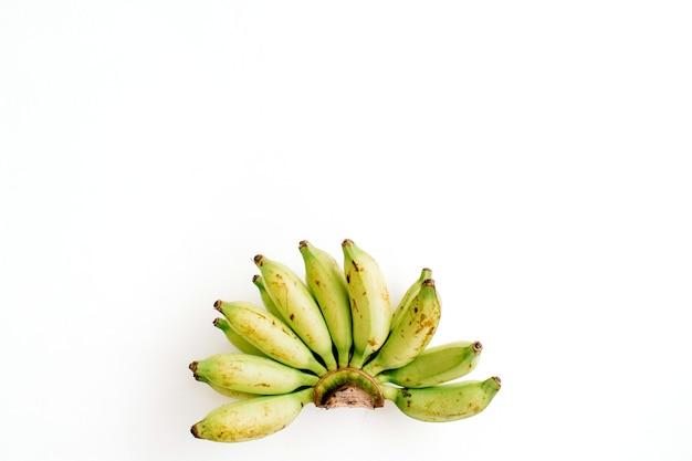 Wiązka bananów na białym tle. kreatywna koncepcja żywności