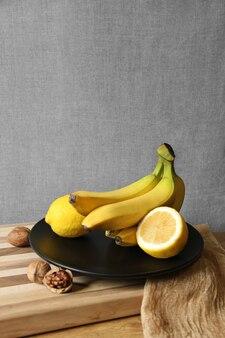 Wiązka bananów na czarnym talerzu