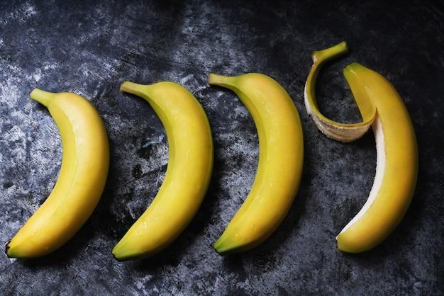 Wiązka Bananów Na Rustykalnym Stole. Leżał Na Płasko. Widok Z Góry Premium Zdjęcia