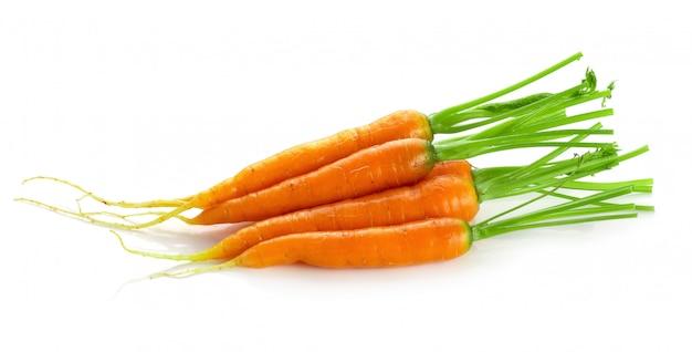 Wiązka dziecka marchewki warzywo odizolowywający nad białym tłem.