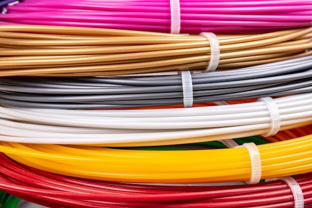 Wiązka kolorowych zwijanych kabli