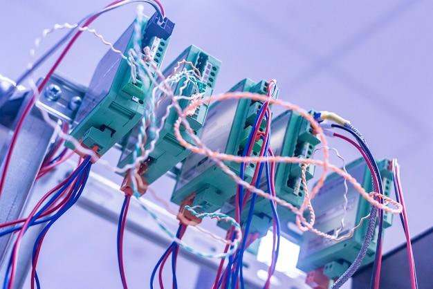 Wiązka przewodów włożona do sterownika elektrycznego f