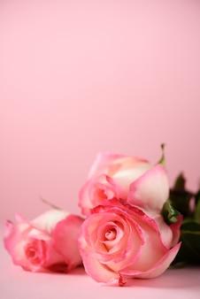 Wiązka różowe róże na betonowym tle. niespodzianka walentynki, delikatny kolor stonowany. skopiuj miejsce