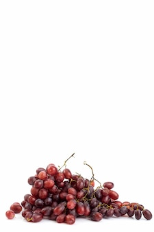 Wiązka świezi dojrzali soczyści winogrona na bielu
