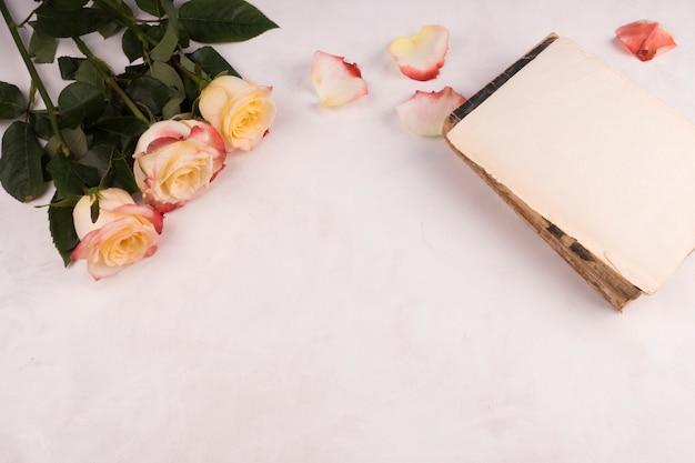 Wiązka świezi kwiaty blisko rocznika notatnika