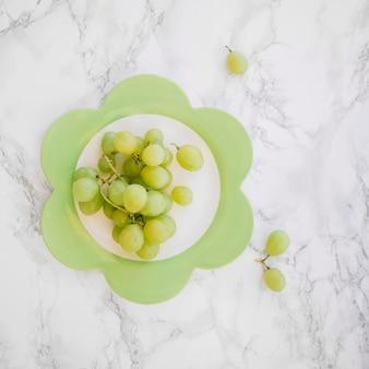 Wiązka świezi zieleni winogrona na talerzu