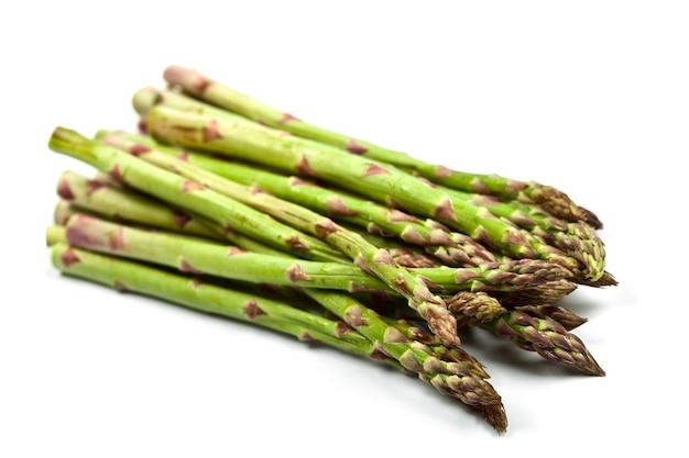 Wiązka świeży surowy ogrodowy asparagus odizolowywający
