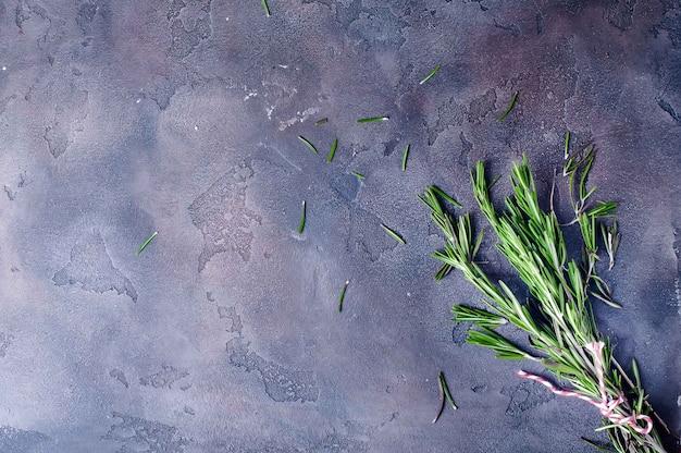 Wiązka świeży zielony rozmaryn