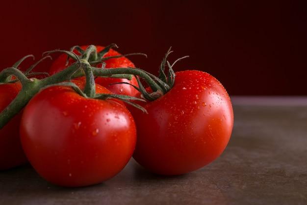 Wiązki pomidorów z kroplami wody