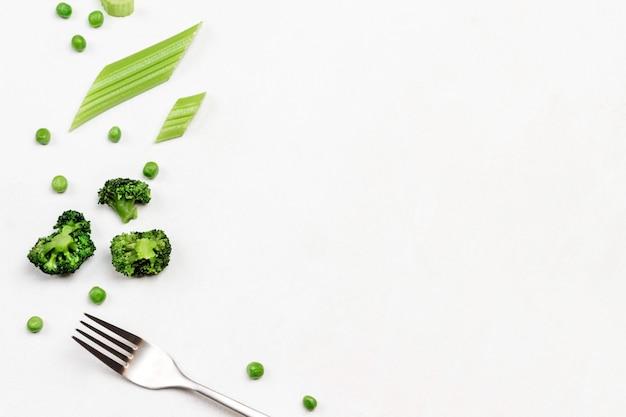 Widelec brokuły i łodygi selera na białym tle