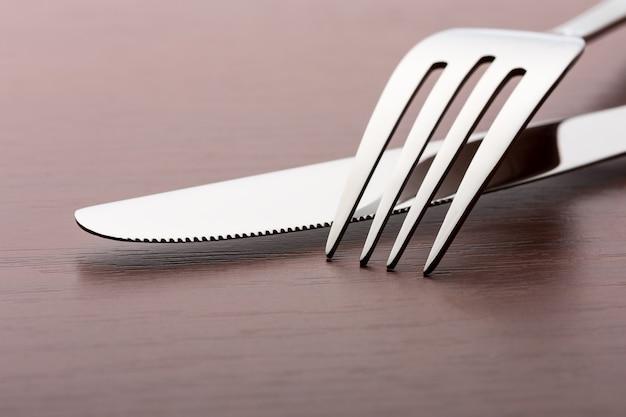 Widelec i nóż na drewnianym stole