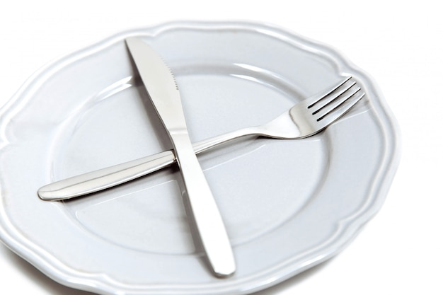 Widelec i nóż na pustym talerzu