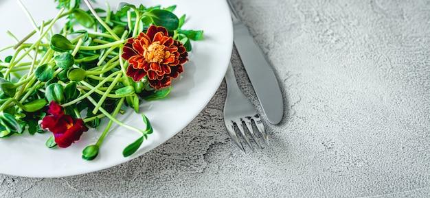 Widelec i nóż na talerzu z sałatką