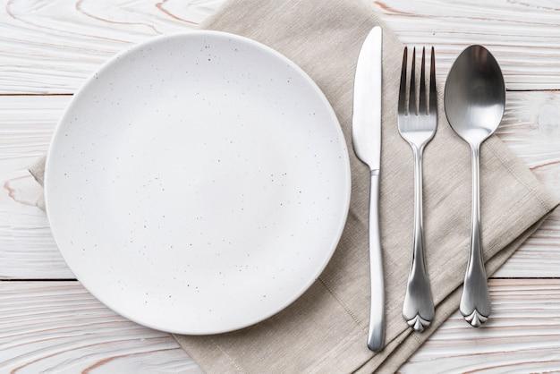Widelec i nóż pusty talerz łyżka