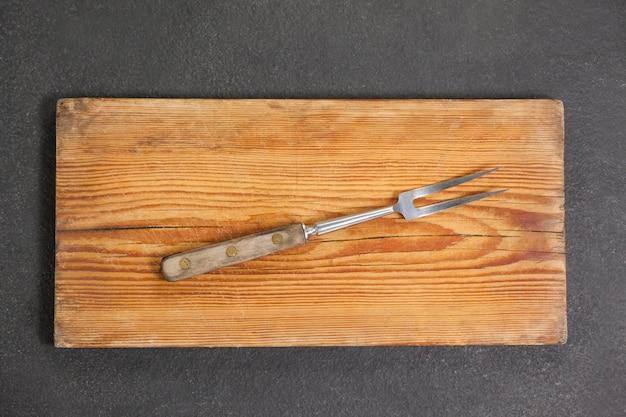 Widelec na drewnianej desce