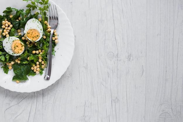 Widelec na talerzu z sałatką