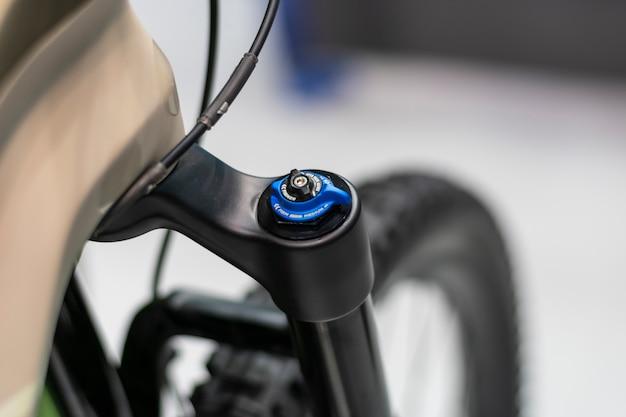 Widelec z amortyzatorem rowerowym. regulacja zawieszenia roweru górskiego.