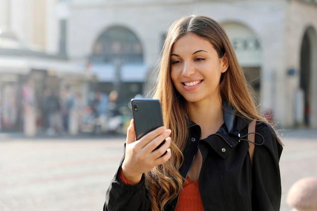 Wideo rozmowa. przenieś ucznia za pomocą telefonu do połączenia internetowego na ulicy miasta. skopiuj miejsce.