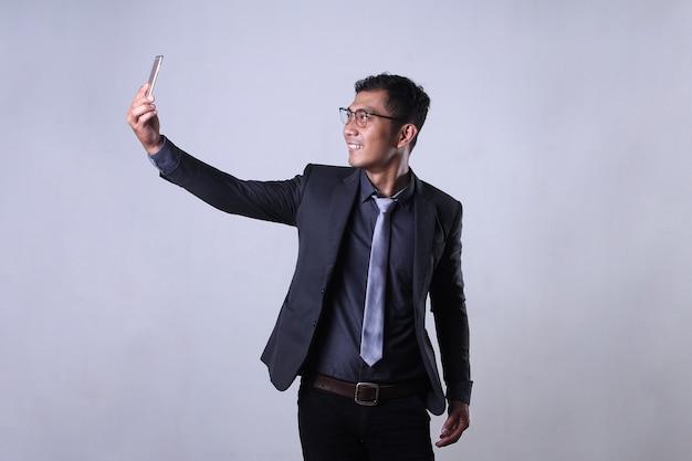 Wideoczat młodych pracowników przez smartfon