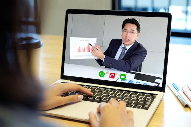Wideokonferencja, praca w domu, biznesmen nawiązujący połączenie wideo z pracownikiem za pomocą wirtualnej sieci