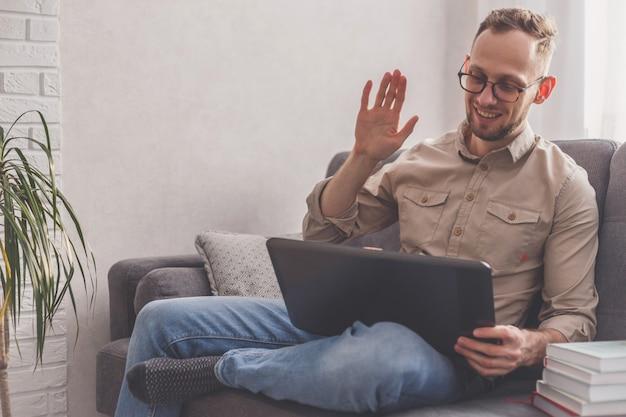 Wideokonferencje z rodziną na laptopie w domu. koncepcja spotkania na odległość i rozmowy.